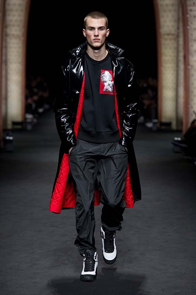Versace_Men_FW17_ fall-winter-2017 (27)-red-black-coat-casual-streetstyle-menswear