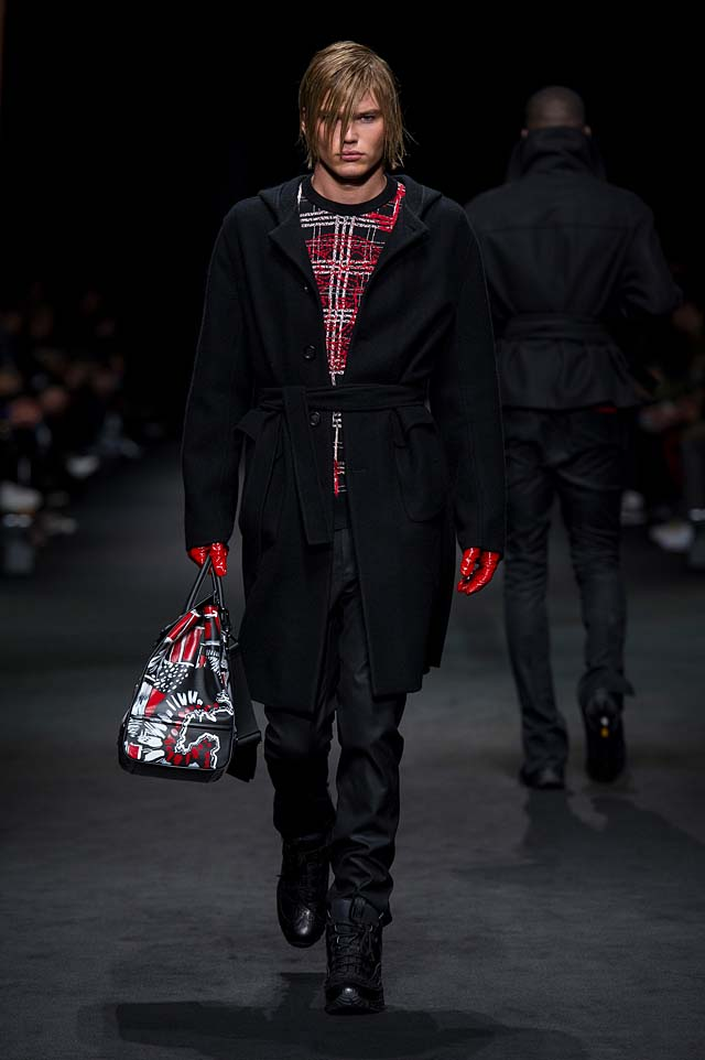 Versace_Men_FW17_ fall-winter-2017 (29)-graphic-printed-bag-red-gloves-sweater-all-black