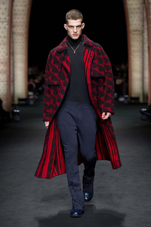 Versace_Men_FW17_ fall-winter-2017 (3)-menswear-red-coat-pants