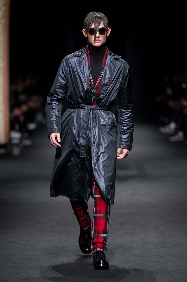 Versace_Men_FW17_ fall-winter-2017 (30)-checkered-suit-black-coat