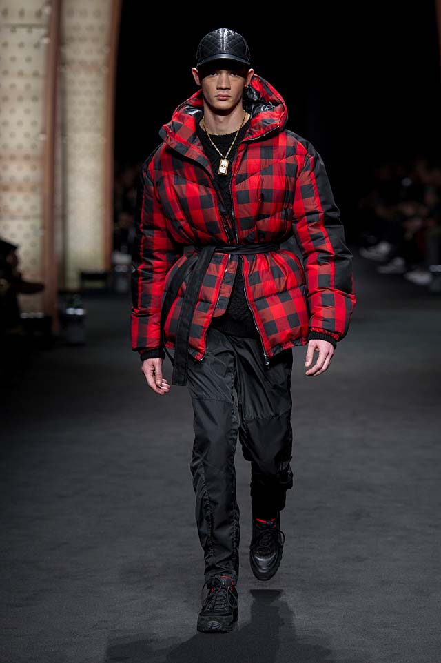 Versace_Men_FW17_ fall-winter-2017 (33)-quilted-checkered-jacket-black-cap-winterwear