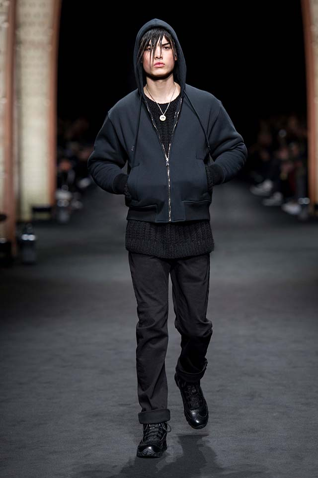 Versace_Men_FW17_ fall-winter-2017 (35)-all-black-outfit-sweater-hoodie-jacket-hairstyle