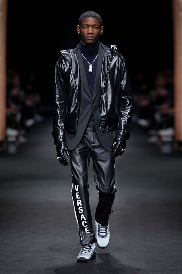 Versace_Men_FW17_ fall-winter-2017 (38)-all-black-outfit-wordings-zipper-detail-winterwear