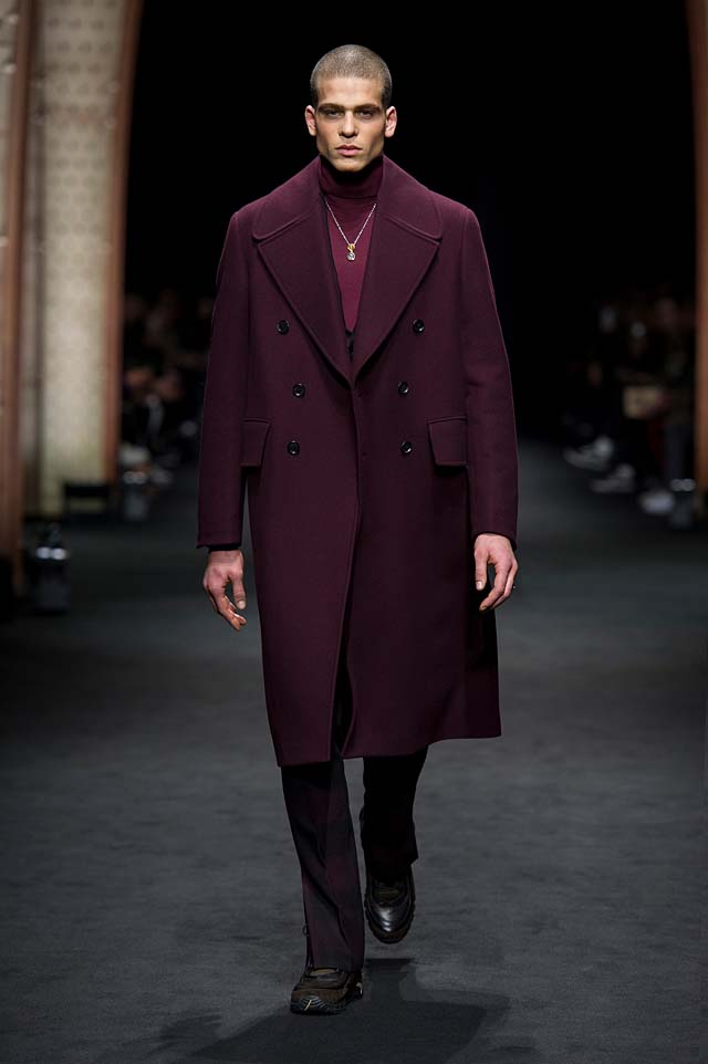 Versace_Men_FW17_ fall-winter-2017 (4)-mens-outfit-bugundy-coat