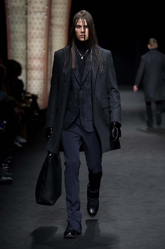 Versace_Men_FW17_ fall-winter-2017 (8)black-handbag-gloves-long-hair