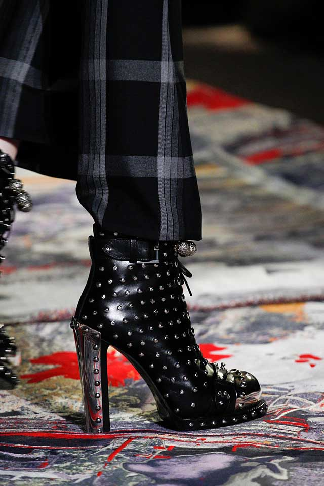 alexander-mcqueen-runway-shoes-ss17-latest-shoe-trends-spring-summer-2017-trendy-studded-black-boots