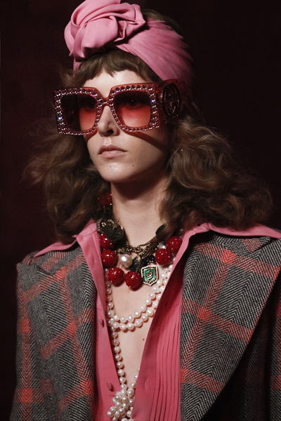 berry-colored-pearl-statement-necklace-spring-summer-2017-gucci