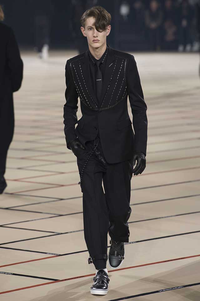 dior_fw17-fall-winter-2017-menswear-mens (13)-all-black-suit-gloves-tie