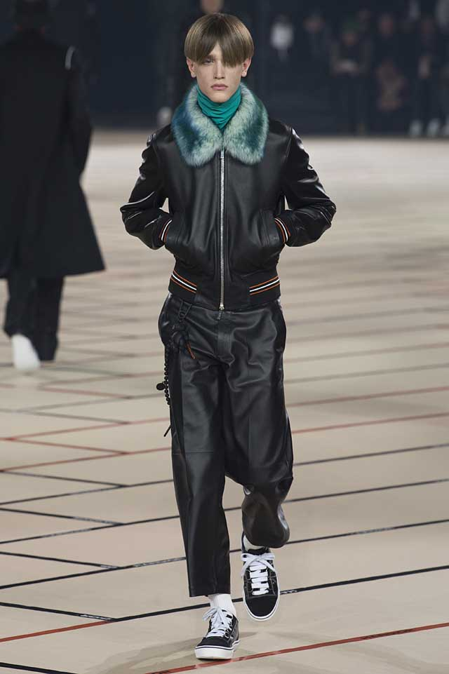 dior_fw17-fall-winter-2017-menswear-mens (18)-leather-jacket-fur-collar-sneakers-turtleneck