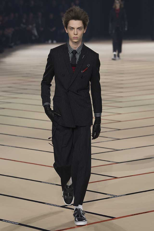 dior_fw17-fall-winter-2017-menswear-mens (2)-suit-black-gloves-stripes-hairstyle