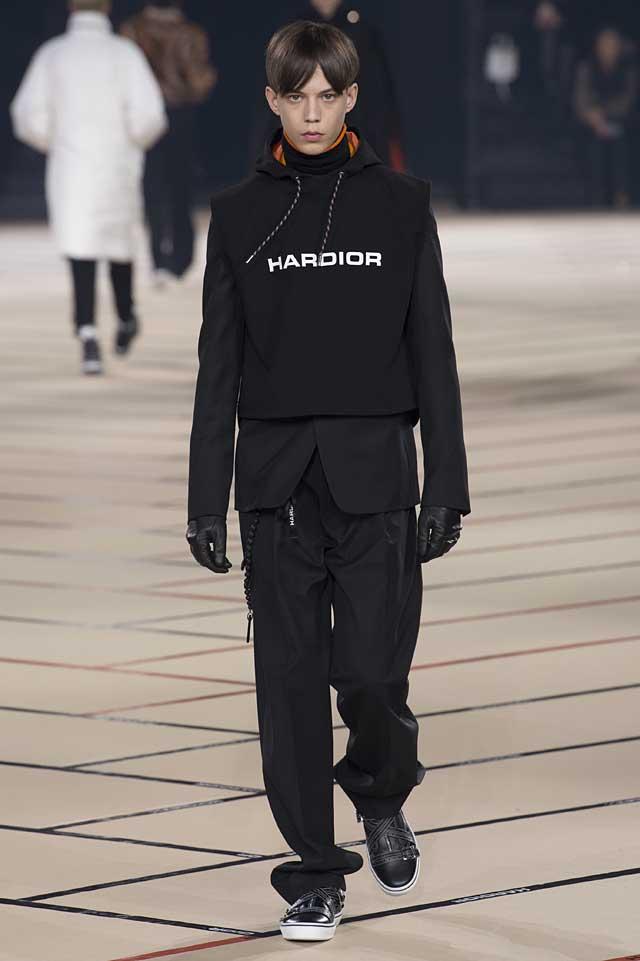 dior_fw17-fall-winter-2017-menswear-mens (32)-black-suit-hoodie-gloves