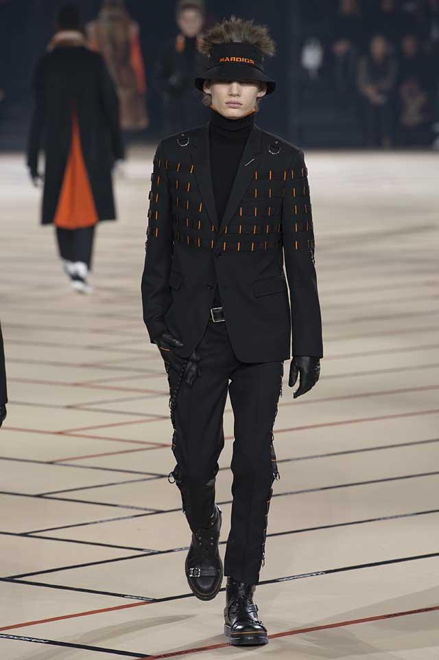 dior_fw17-fall-winter-2017-menswear-mens (38)-black-suit-orange-details-gloves-fur-hat