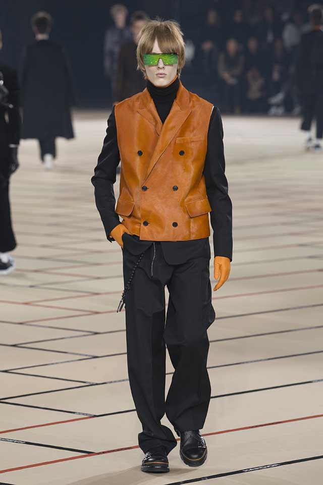 dior_fw17-fall-winter-2017-menswear-mens (41)-orange-vest-black-turtleneck-sweater-sunglass