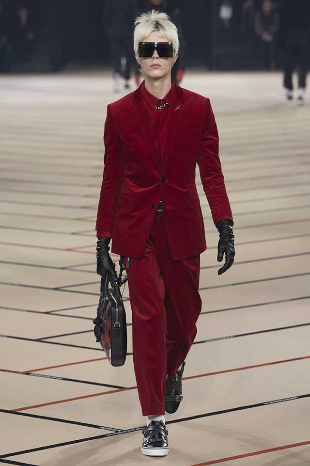 dior_fw17-fall-winter-2017-menswear-mens (8)-all-red-velvet-suit-gloves-bag