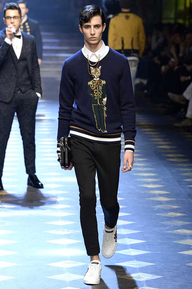 dolce-gabbana-fall-winter-2017-2018-fw17-menswear-men-graphic-sweater-embellished-collar-chains-white-sneakers-pairings