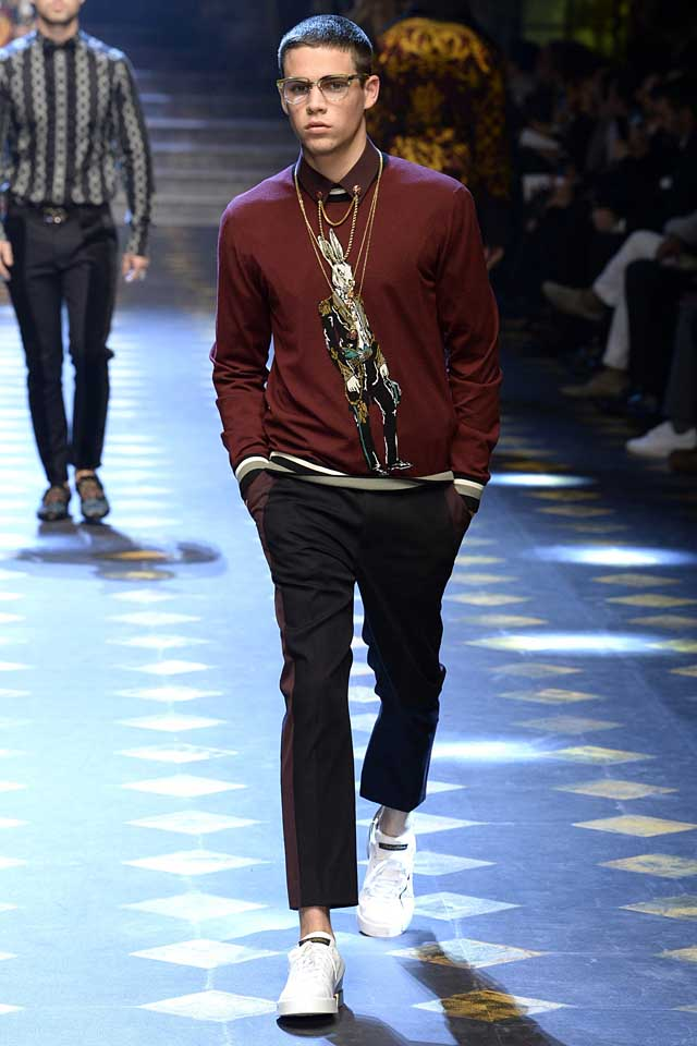 dolce-gabbana-fall-winter-2017-2018-fw17-menswear-men-statement-pendent-chains-collar-embellishment-graphic-sweater-white-sneakers