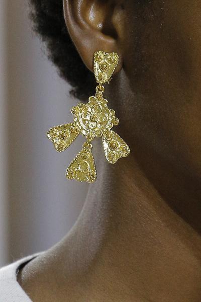 gold-antique-earrings-statement-jewelry-oscar-de-la-renta-2017-ss17