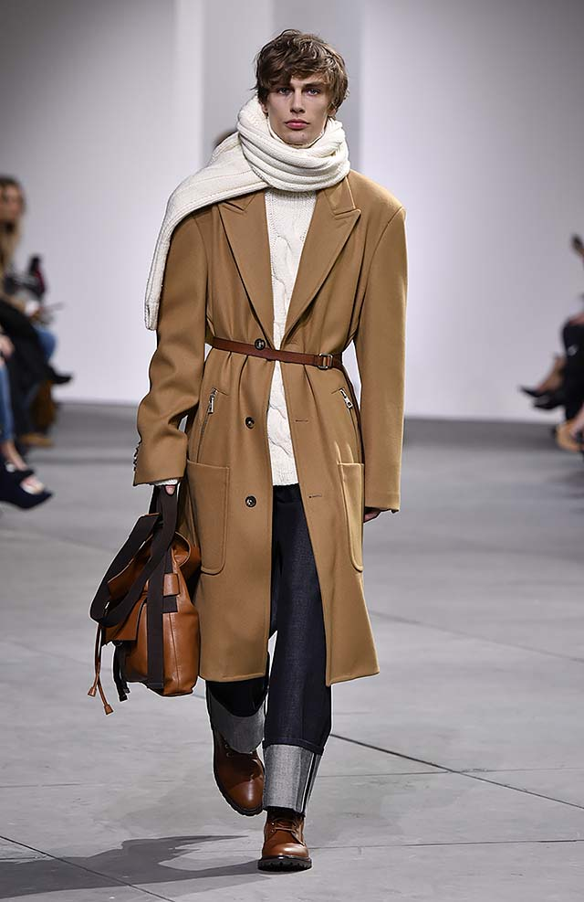 Michael-kors-fall-winter-2017-collection-fw17-36-brown-long-coat-brown-sleek-belt-brown-bag