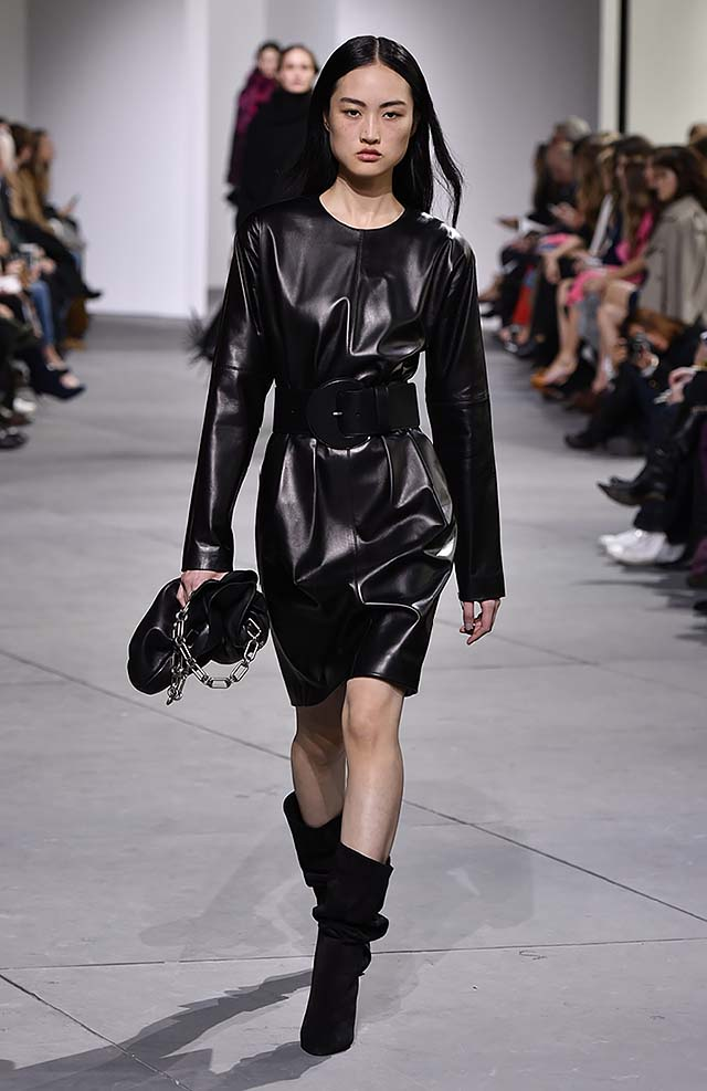 Michael-kors-fall-winter-2017-collection-fw17-48-black-leather-dress-broad-belt-chain-bag