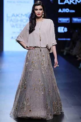 Payal-Singhal-LFW-SR17-2017-summer-lakme-fashion-week-lehenga-indian-designer-4-showstopper-diana-penty