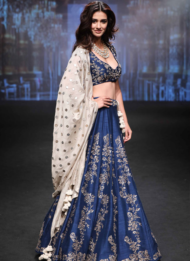 Showstopper-Disha-Patani-for-Jayanti-Reddy-at-LFW-SR-17-(2)