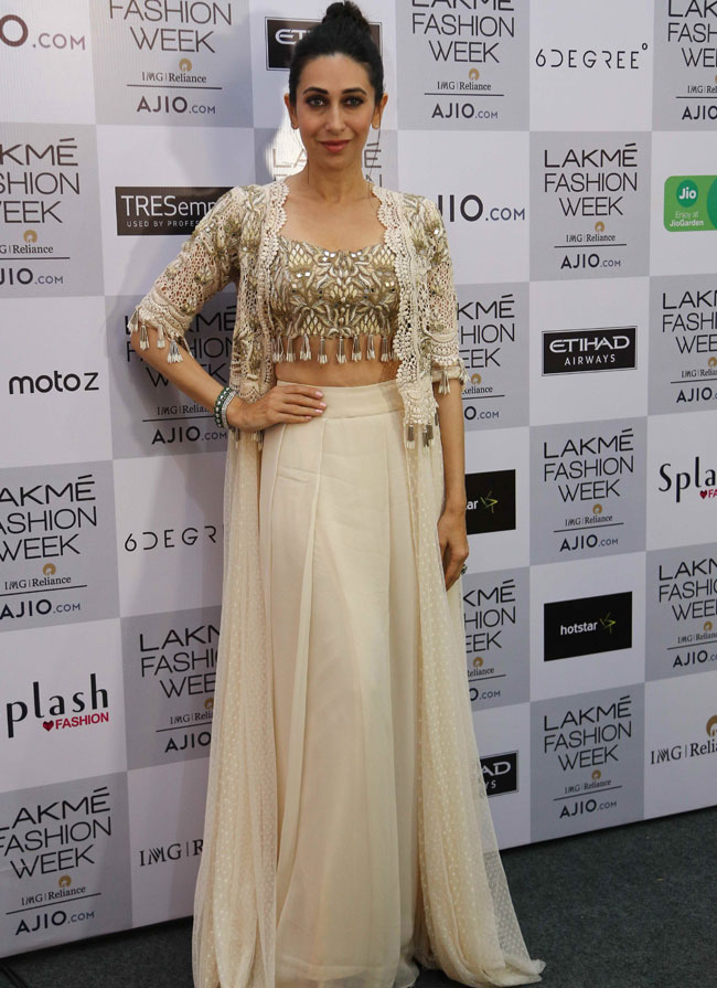 Showstopper-Karisma-Kapoor-at-Arpita-Mehta's-showcase-at-lFW-SR-17-(8)