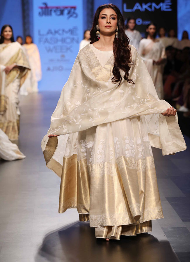 Showstopper-Tabu-for-Gaurang-at-LFW-SR-17