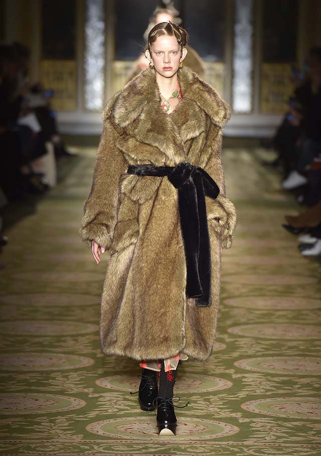 Simone-Rocha-fw17-rtw-fall-winter-2017-18-collection-35-brown-fur-coat