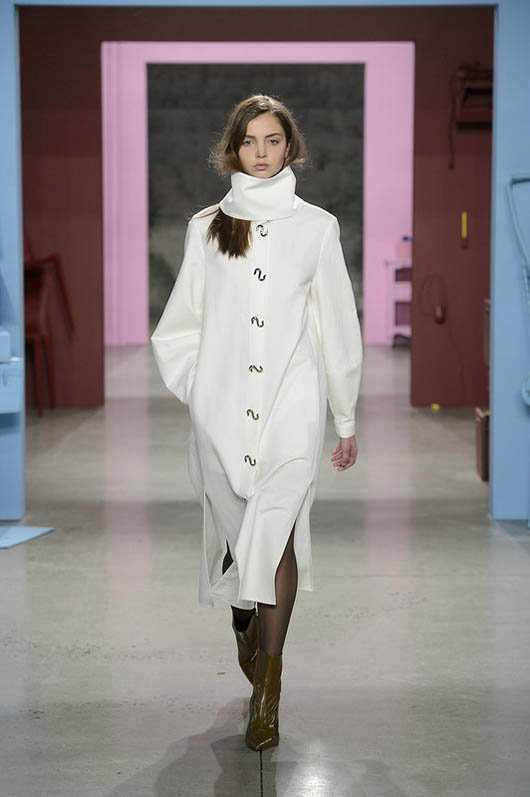 Tibi-fw17-rtw-fall-winter-2017-18-collection (13)-white-coat-green-shoes