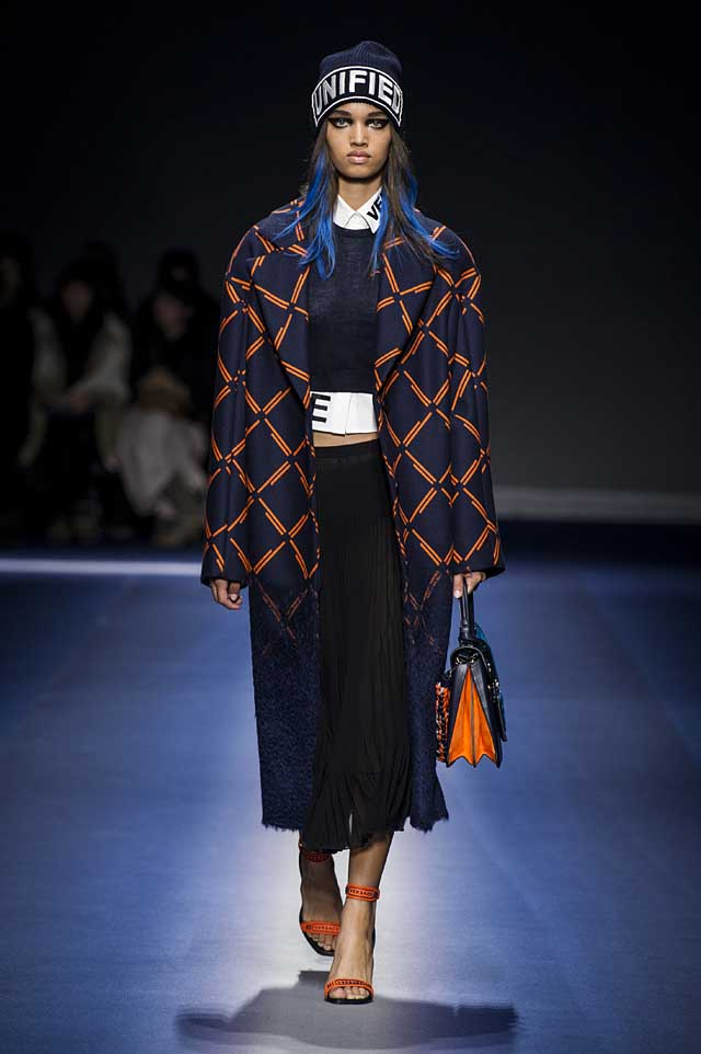 Versace-fw17-rtw-fall-winter-2017-18-collection (16)-coat-logo-dress-bag
