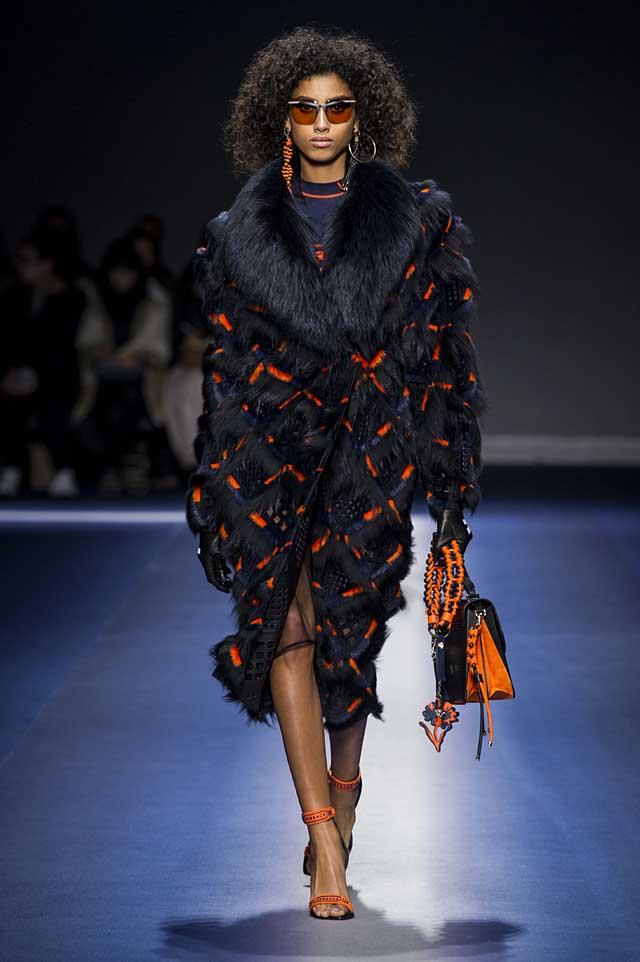 Versace-fw17-rtw-fall-winter-2017-18-collection (17)-fur-collar-coat