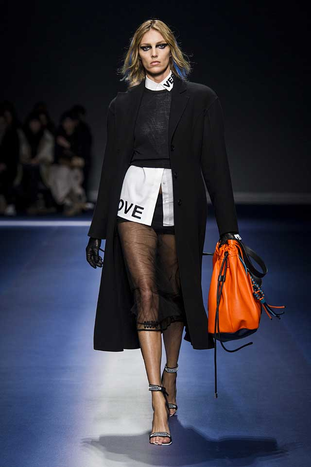 Versace-fw17-rtw-fall-winter-2017-18-collection (3)-logo-collar-orange-bag