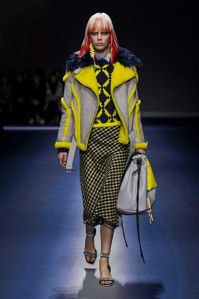 Versace-fw17-rtw-fall-winter-2017-18-collection (31)-fur-jacket-skirt-bag