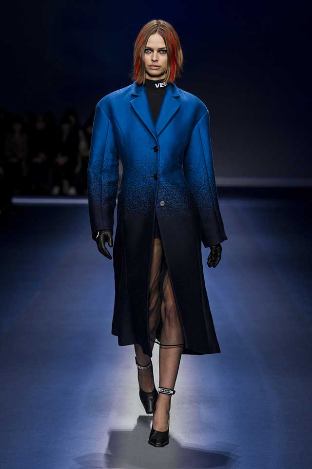 Versace-fw17-rtw-fall-winter-2017-18-collection (9)-blue-coat-gloves