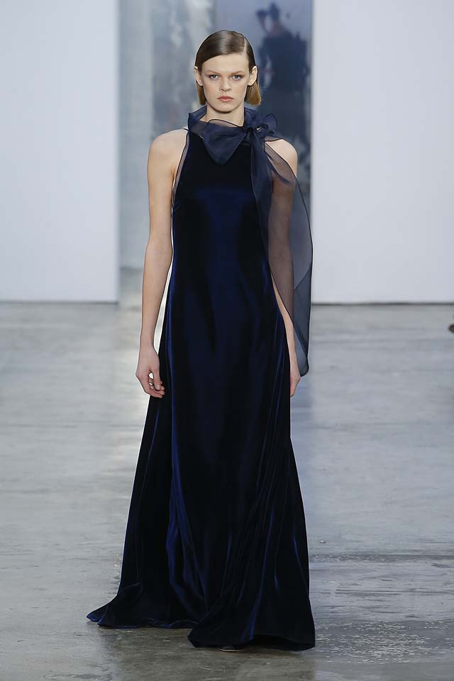 carolina-herrera-fw17-rtw-fall-winter-2017-18-collection (39)-blue-velvet-gown