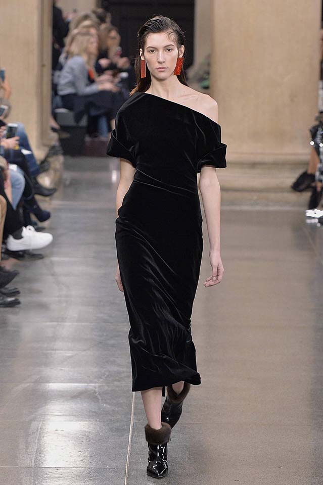 christopher-kane-fw17-rtw-fall-winter-2017-18-collection (34)-black-velvet-gown