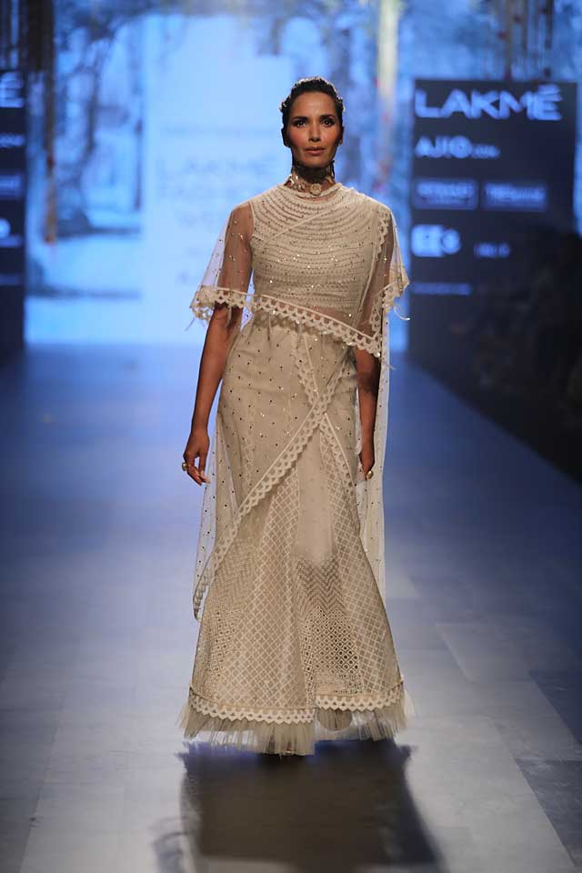designer-tarun-tahiliani-lakme-fashion-week-2017-white-cape-embellished