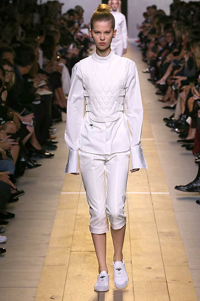 dior-outfit-white-extra-long-sleeves-latest-2017-trends-spring-fashion
