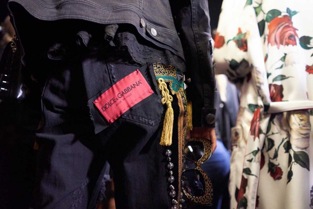 dolce-and-gabbana-fall-winter-2017-18-women-fashion-show-backstage-details (40)-pant-logo