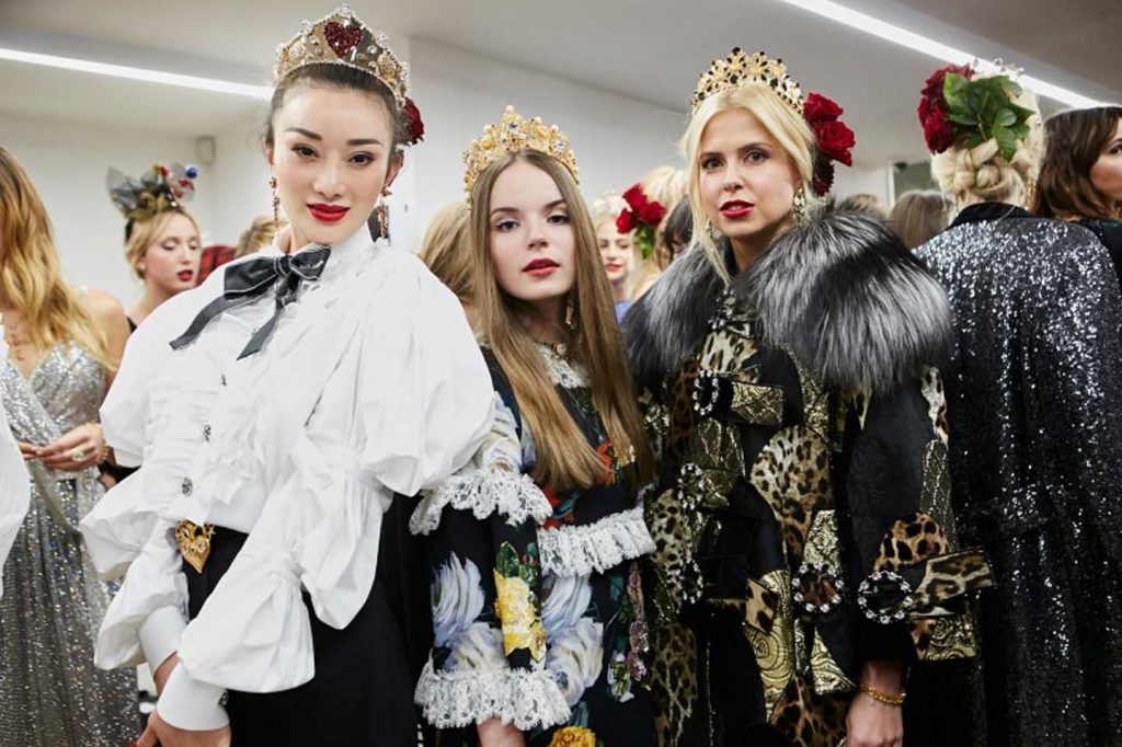 dolce-and-gabbana-fall-winter-2017-18-women-fashion-show-backstage-details (47)-behind-the-scenes