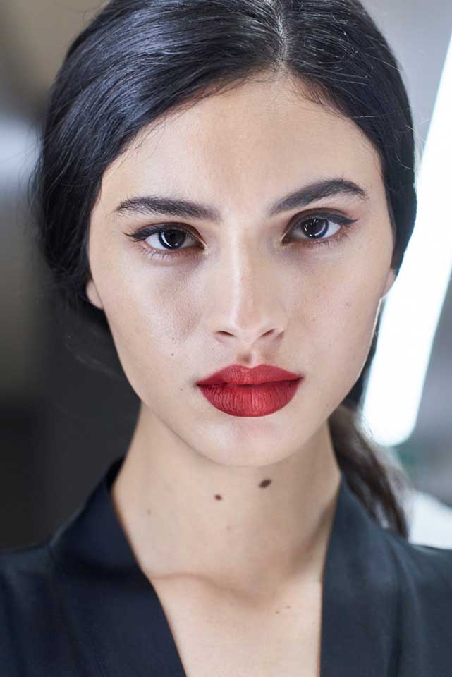 dolce-and-gabbana-fall-winter-2017-18-women-fashion-show-backstage-details (5)-red-lips