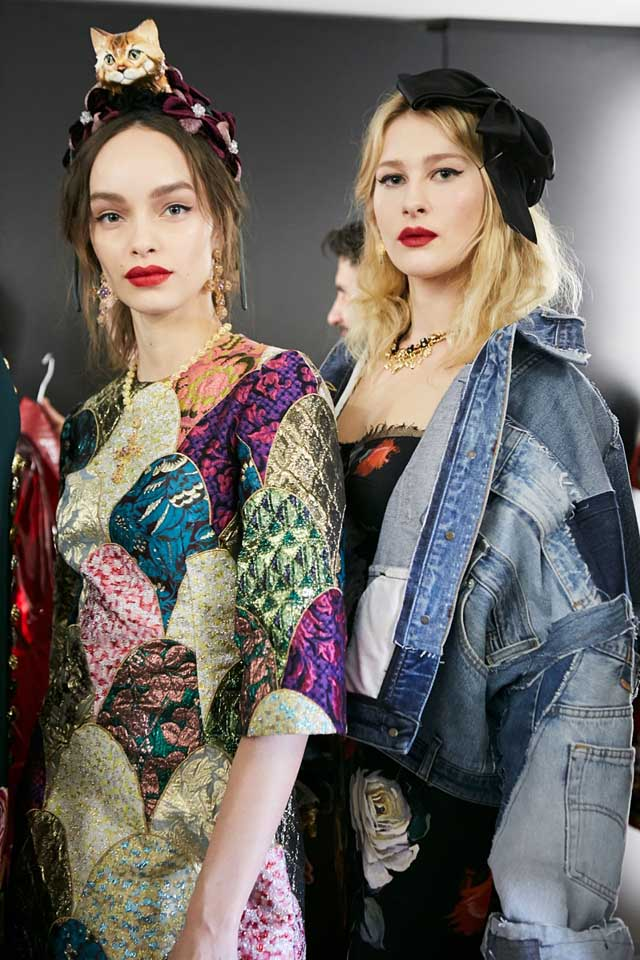dolce-and-gabbana-fall-winter-2017-18-women-fashion-show-backstage-details (58)-models-posing