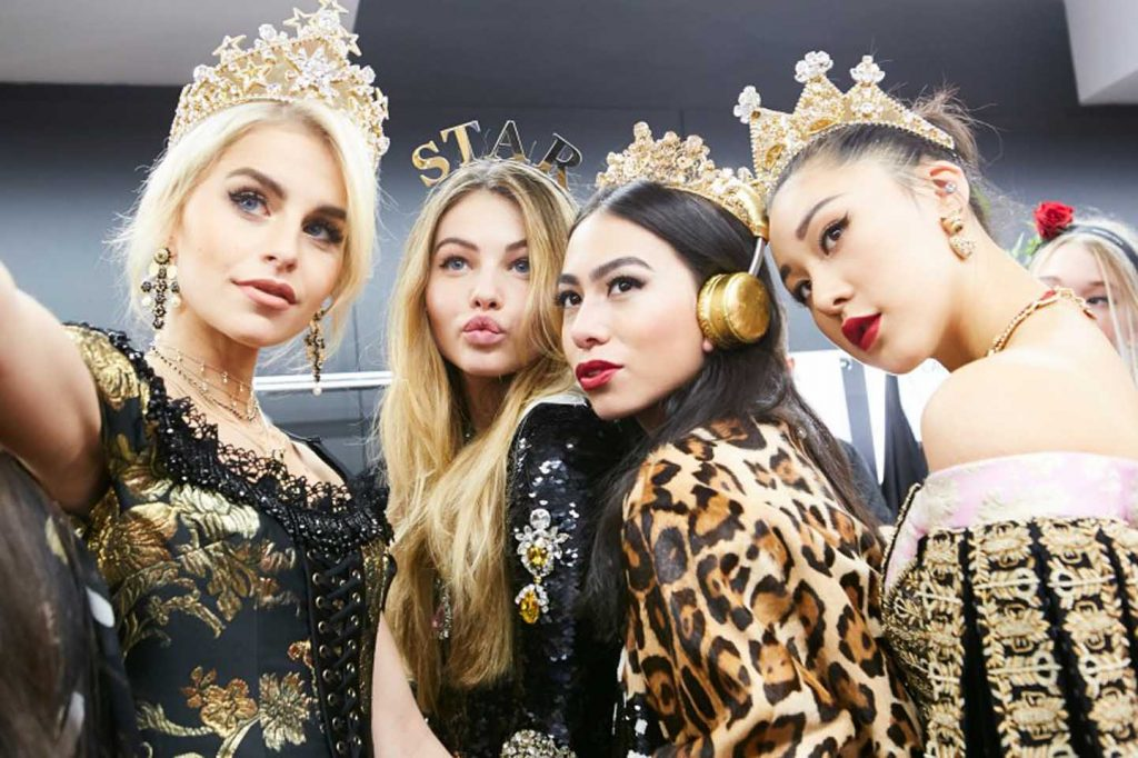 dolce-and-gabbana-fall-winter-2017-18-women-fashion-show-backstage-details (60)-models-selfie