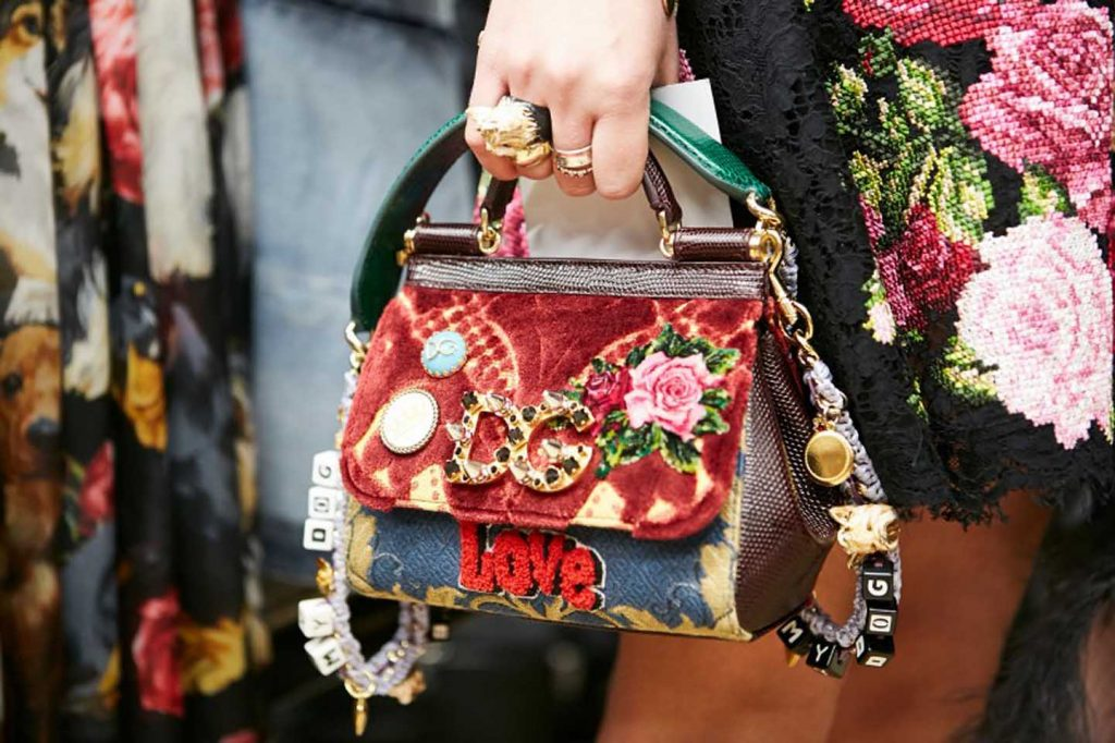 dolce-and-gabbana-fall-winter-2017-18-women-fashion-show-backstage-details (61)-graphic-prints-bag