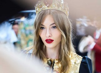 dolce-and-gabbana-fall-winter-2017-18-women-fashion-show-backstage-details (63)-candid-moment-model