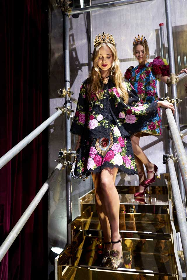 dolce-and-gabbana-fall-winter-2017-18-women-fashion-show-backstage-details (75)-floral-dress