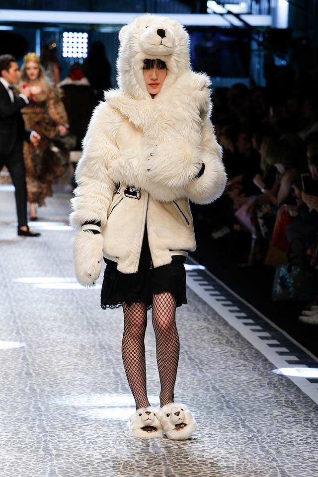 dolce-and-gabbana-fw17-rtw-fall-winter-2017-18-collection (33)-polar-bear-fur-white