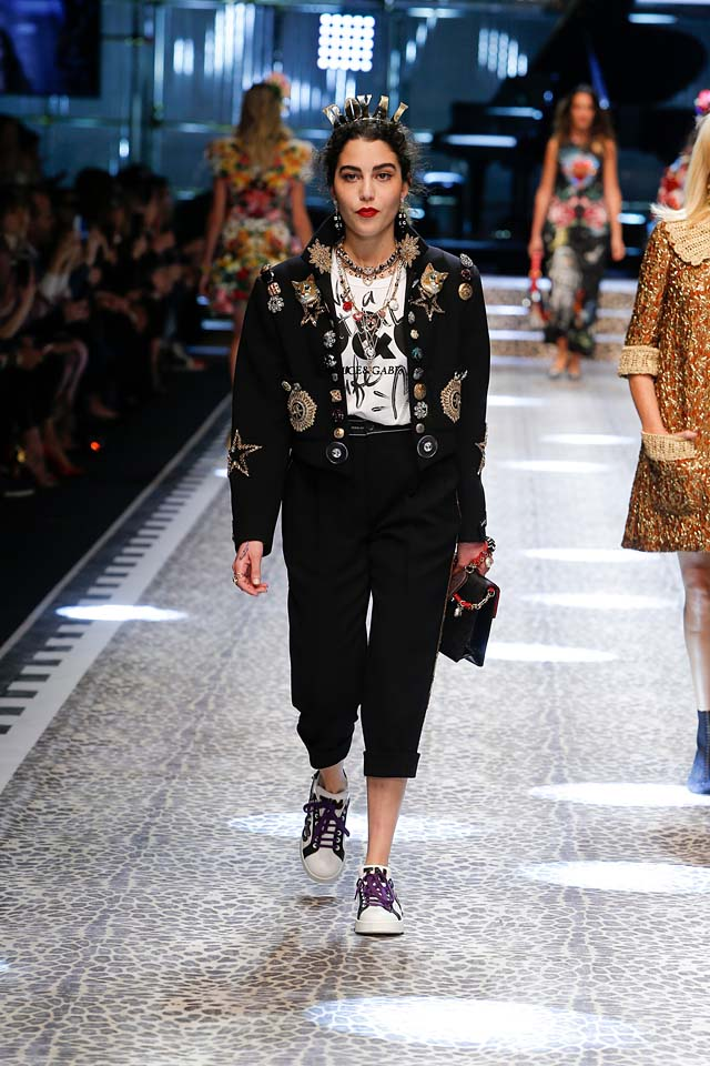 dolce-and-gabbana-fw17-rtw-fall-winter-2017-18-collection (48)-black-cropped-jacket