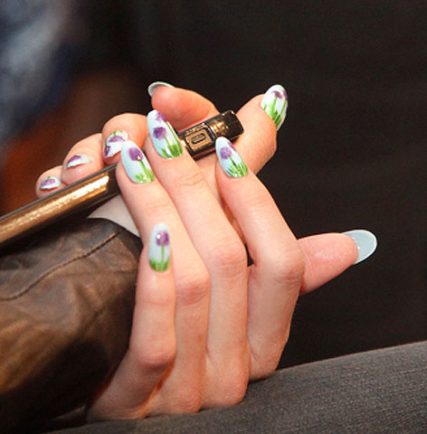 floral-nail-art-latest-trends-miss-pop-designs-lily-flower-art