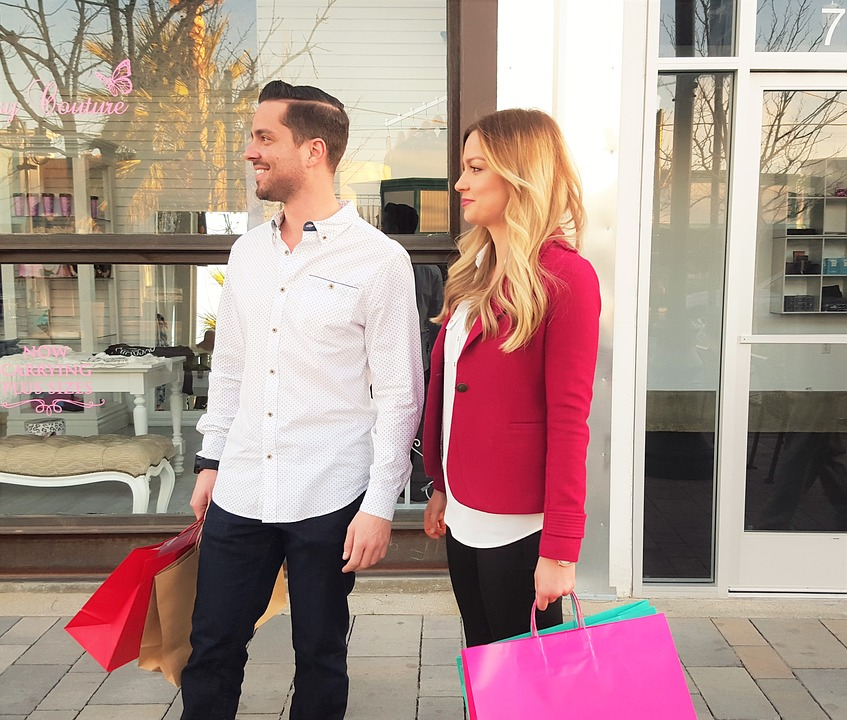 ideas-to-celebrate-valentines-day-shopping-couple
